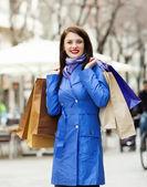 Donna felice con borse della spesa — Foto Stock