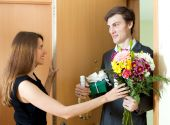 Young man giving gifts to woman — Stock Photo