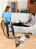 Femme cleaningwith vaccuumcleaner — Photo