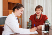 female doctor of prescribing to mature patient the medication  — Stock Photo