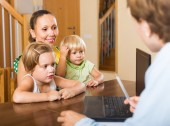 Agent talking with family — Stock Photo