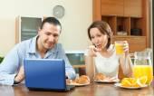 Couple looking in laptop — Stockfoto