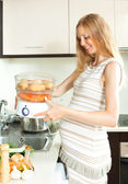 Ciąży gospodyni gotowanie warzyw — Zdjęcie stockowe