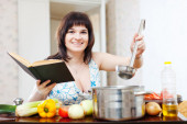 Positive woman  in kitchen — Stockfoto