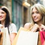 kızlarla alışveriş torbaları — Stok fotoğraf #57463855