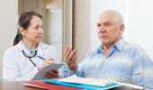 Mature man complaining to doctor — Stock Photo