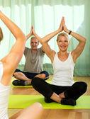 Yoga instructor with elderly attenders — Zdjęcie stockowe