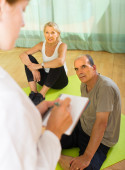 Medical staff with senior people at gym — Stock Photo