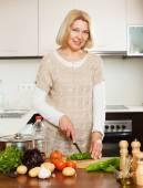 Sebze yemek ev kadını — Stok fotoğraf