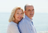 Elderly couple at sea shore — Stock Photo