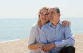 Пожилая пара на море берег — Стоковое фото