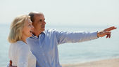 Elderly couple at sea shore — Stock Photo