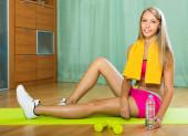 Chica con toalla y botella de agua — Foto de Stock