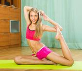 Mladá žena s pilates vnitřní — Stock fotografie