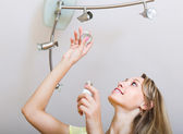 Housewife changing light bulbs — Stock Photo