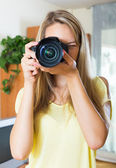Female photographer testing new camera — Stock fotografie
