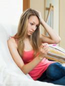Грустная девушка с тест на беременность — Стоковое фото