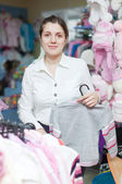 Young mother chooses clothes — 图库照片