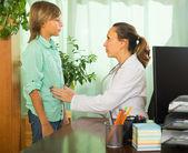 Doctor with teenage boy — Stok fotoğraf