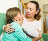 Mother consoling son — Stock Photo