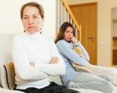 Matka i córka po kłótni — Zdjęcie stockowe