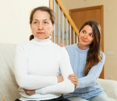 Teen girl tries reconcile with  mother in home  — Stock Photo