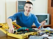 Homme avec des outils de travail — Photo