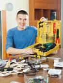 Счастливый человек с набором рабочих инструментов — Стоковое фото