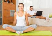 Couple doing yoga with laptop — Foto de Stock