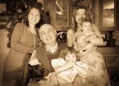 Aile noel ağacının yakınında — Stok fotoğraf