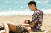 Couple resting on the beach in summer — Stock Photo