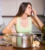 Kötü kokulu pan ile ev hanımı — Stok fotoğraf