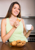 Housewife with cookies in kitchen — Stock Photo
