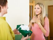 Mother presenting gift  to daughter — Stock Photo