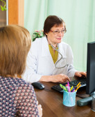 Woman visits doctor and receives advice — Stock Photo