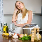 Housewife thinking what to cook for dinner — Stok fotoğraf
