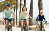 parents with  son spending a weekend with bicycles — Fotografia Stock