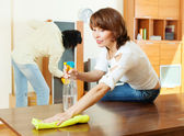couple cleaning living room — Stockfoto