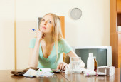 Woman counting the cost of medications — Stockfoto