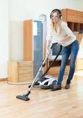 Femme de nettoyage avec aspirateur — Photo