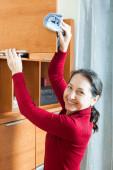Vrouw schoonmaken houten meubilair — Stockfoto