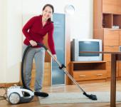 Elektrikli süpürge ile temizlik kadın — Stok fotoğraf