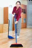 扫地的女人 — 图库照片