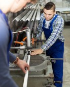 Couple of workmen at factory — Stockfoto