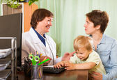 Mother with baby listening   doctor — Foto Stock