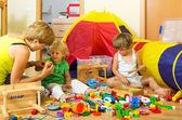 Mor och barn som leker — Stockfoto