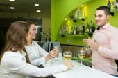 Barman et femmes souriantes — Photo