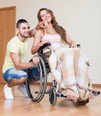Mladá žena na invalidní vozík — Stock fotografie