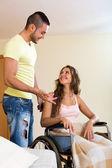 Pracownik socjalny z kobieta na wózku inwalidzkim — Zdjęcie stockowe