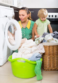 Woman with child near washing machine — Foto Stock